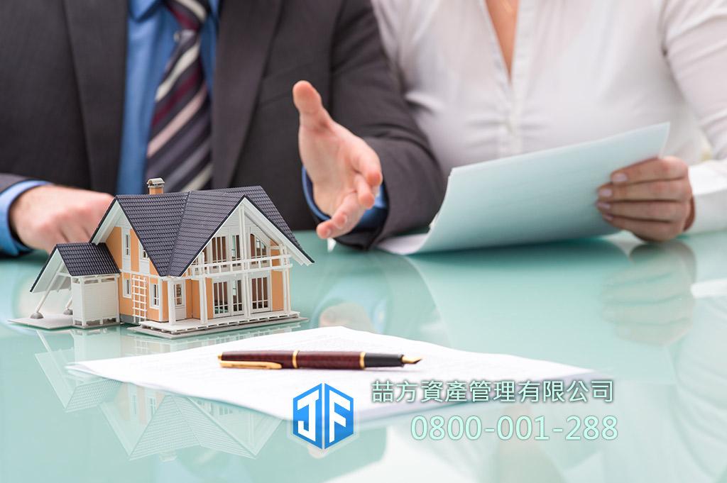商務男子與女士在簽約,房屋借貸找喆方不動產融資
