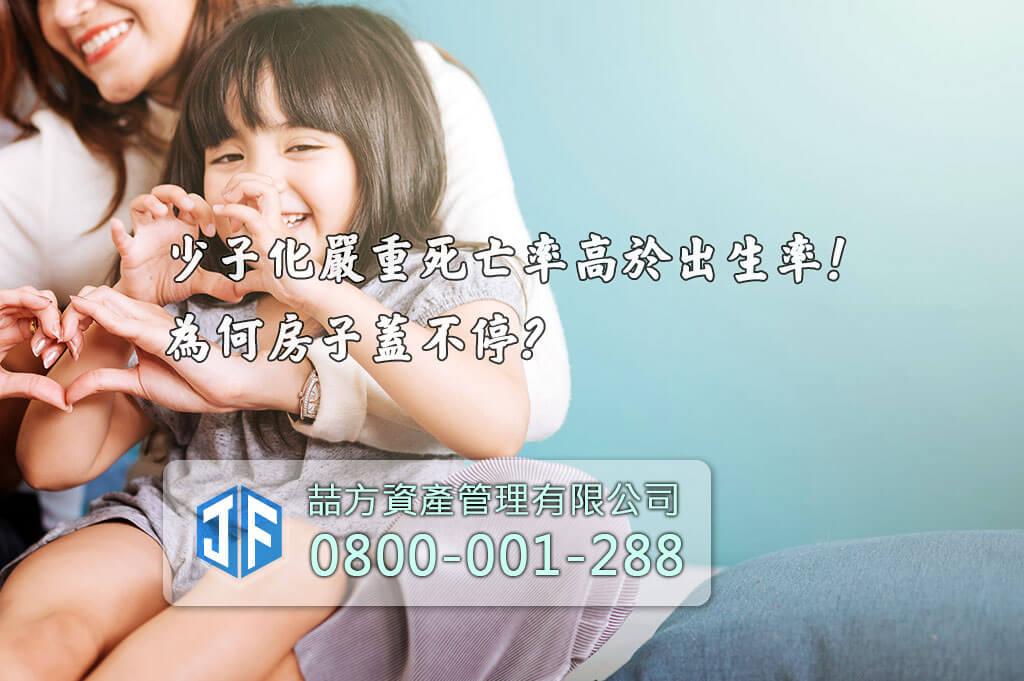 母親與年幼少女開心的擁抱